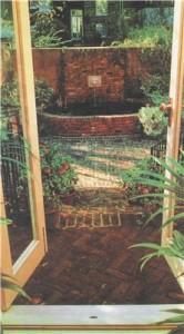 Используйте различные уровни и текстуры, чтобы придать саду дополнительные акценты.