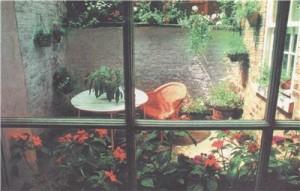 Подвесные картины и ящики за окном могут смотреться эффективно